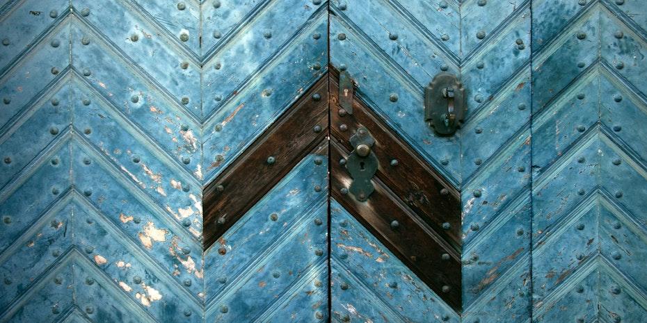 Wooden door as a metaphor for trainee's salary in Germany